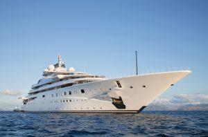 Luxus Mega Yacht - immens groes und langes Schiff